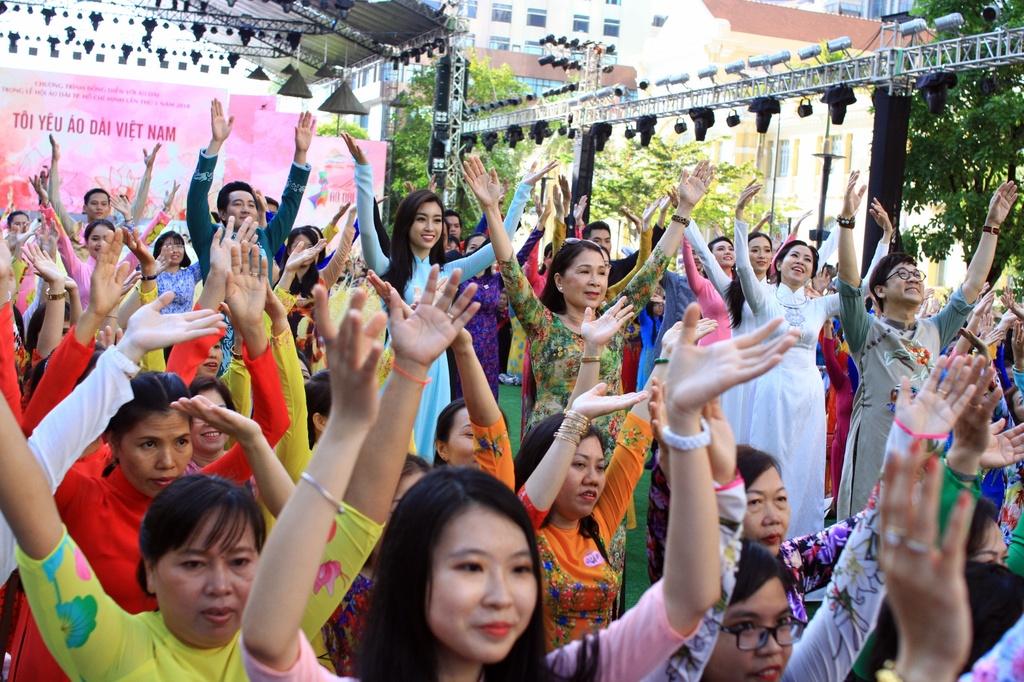 Dan sao Viet cung 3.000 nguoi mac ao dai o pho di bo Nguyen Hue hinh anh 5