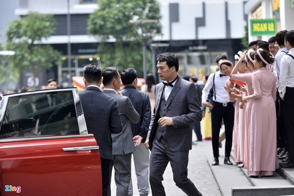 Ban trai CEO lich lam trong le an hoi voi A hau Thanh Tu hinh anh 2