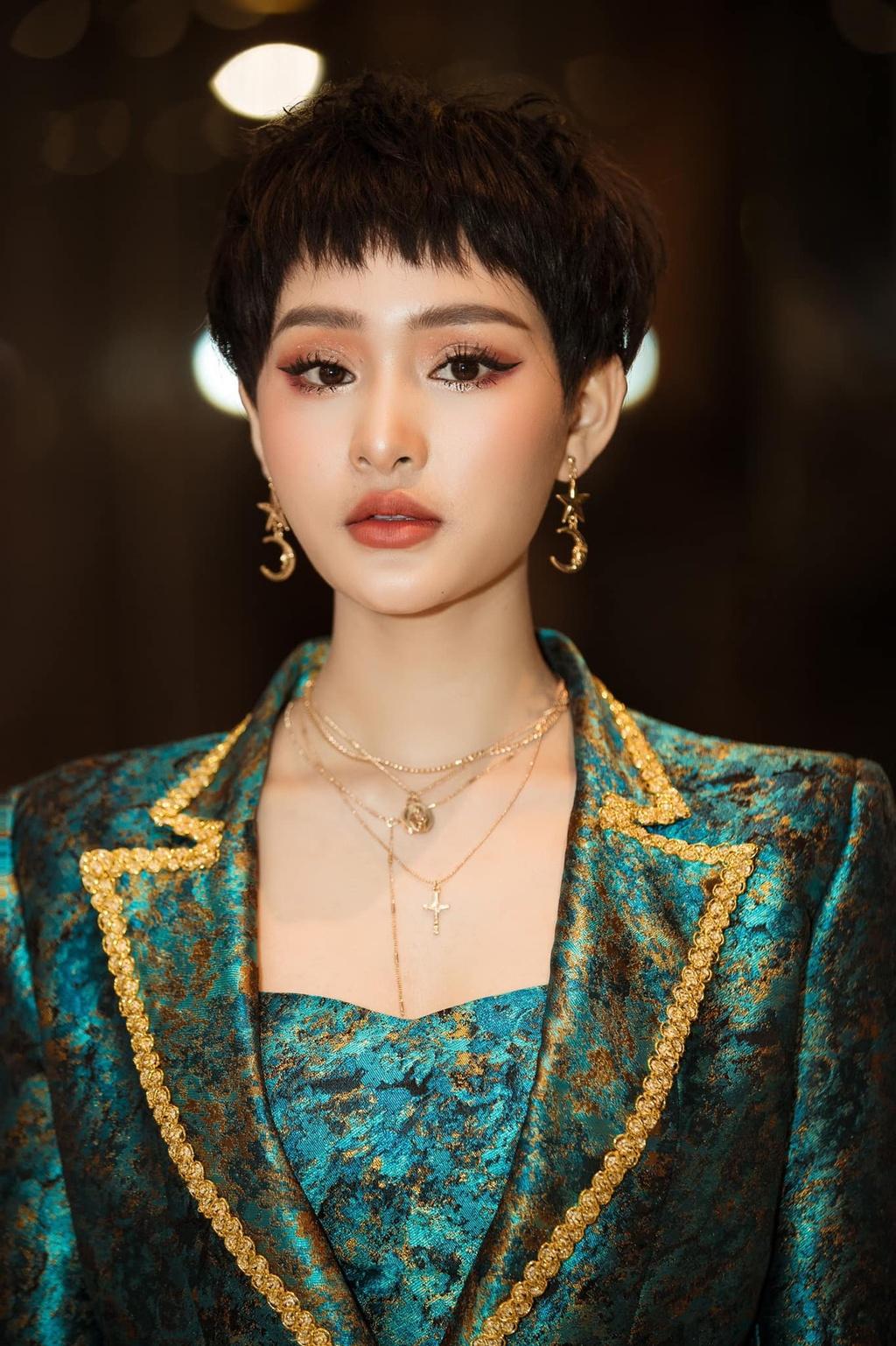 Hien Ho - guong mat gay tranh cai thanh ca si moi an tuong nhat nam hinh anh 3