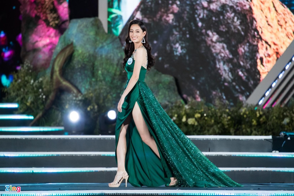 Khoanh khac dang quang cua Hoa hau 10X Luong Thuy Linh hinh anh 4