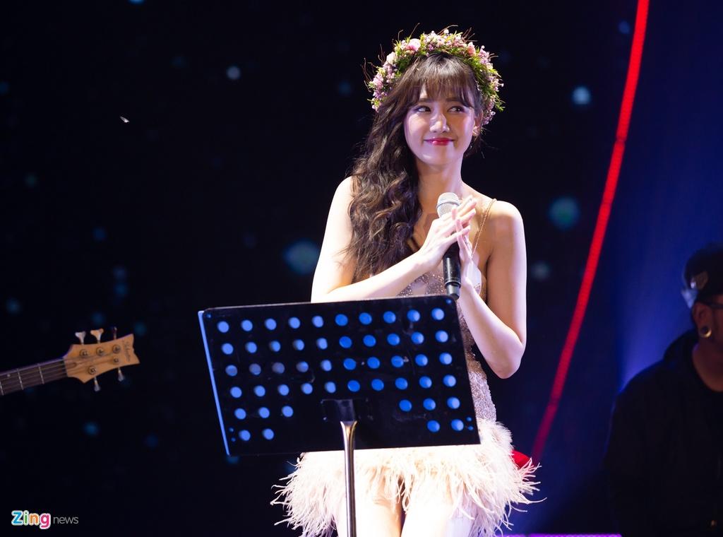 Tran Thanh cam hoa, cung dan sao hat 'Sau tat ca' tang Hari Won hinh anh 2