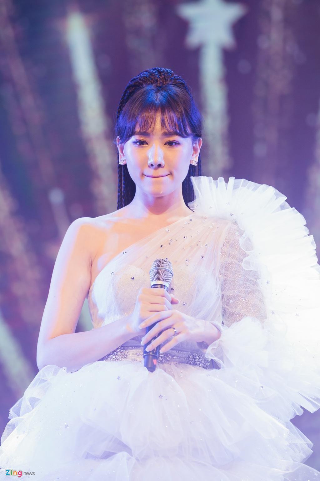 Tran Thanh cam hoa, cung dan sao hat 'Sau tat ca' tang Hari Won hinh anh 3
