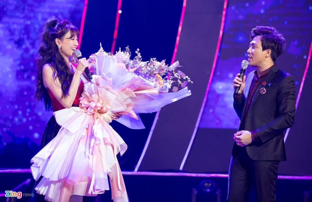 Tran Thanh cam hoa, cung dan sao hat 'Sau tat ca' tang Hari Won hinh anh 6