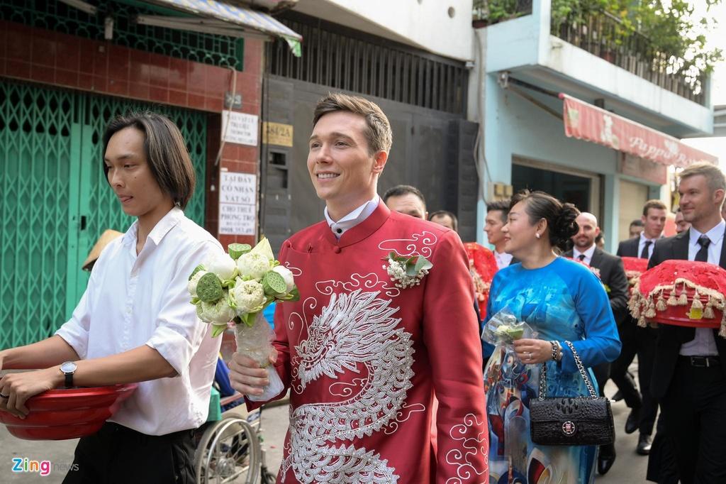 Chong nguoi My hon Hoang Oanh trong le ruoc dau hinh anh 4
