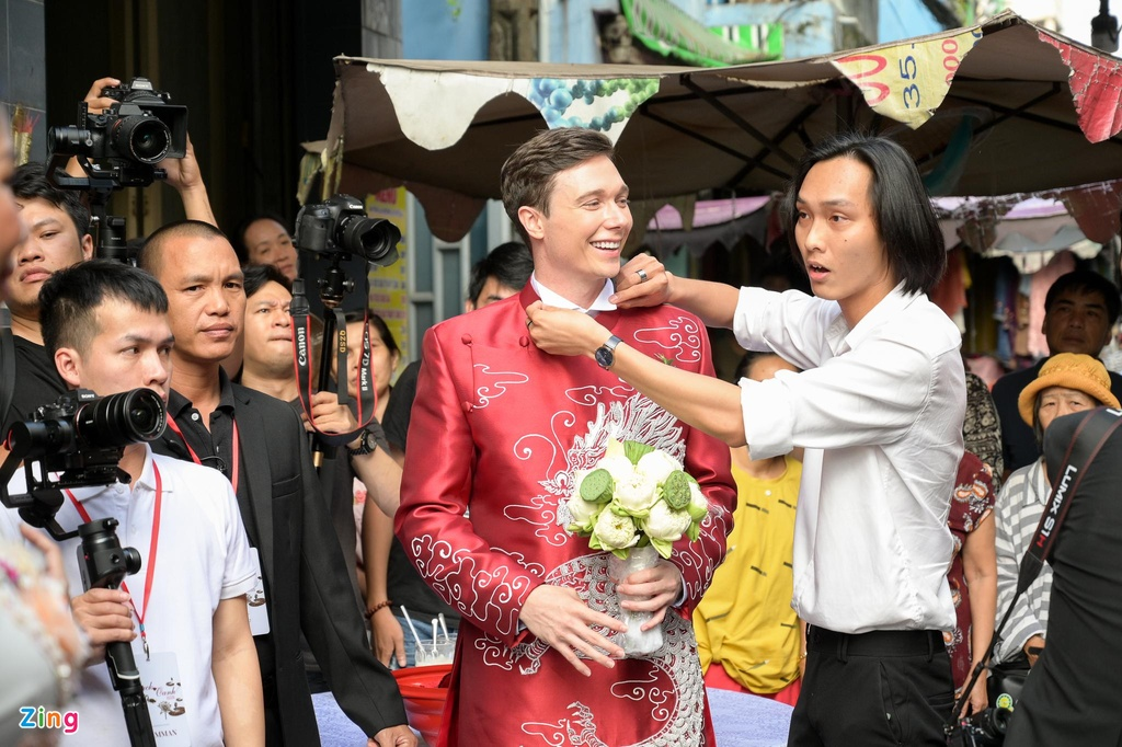 Chong nguoi My hon Hoang Oanh trong le ruoc dau hinh anh 10
