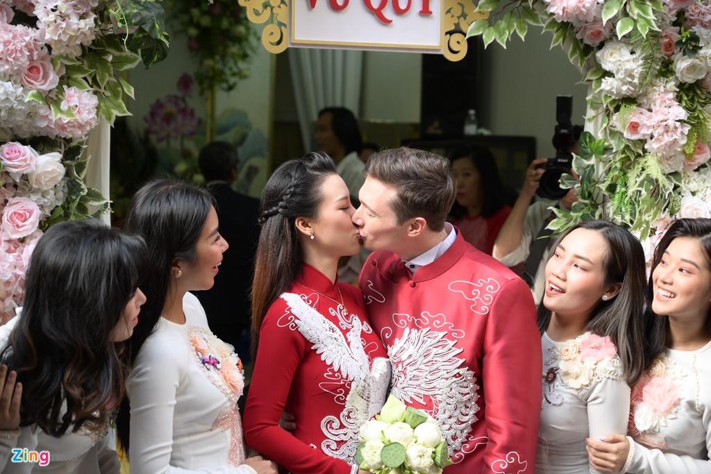 Chong nguoi My hon Hoang Oanh trong le ruoc dau hinh anh 19