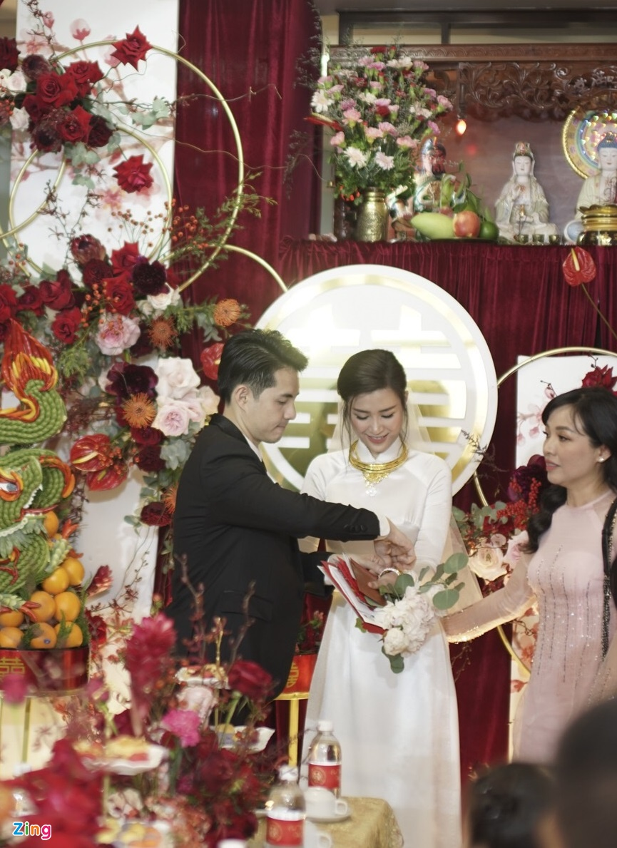 Dong Nhi nhan kieng vang, bo trang suc kim cuong tu me Ong Cao Thang hinh anh 3