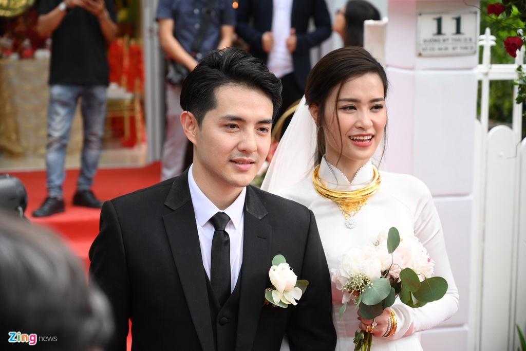 Dong Nhi nhan kieng vang, bo trang suc kim cuong tu me Ong Cao Thang hinh anh 2