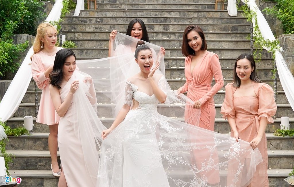Hoang Oanh dien vay cup nguc goi cam trong le cuoi hinh anh 2
