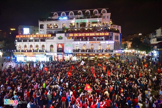 Biển người đổ về trung tâm Hà Nội, Sài Gòn mừng tuyển VN chiến thắng