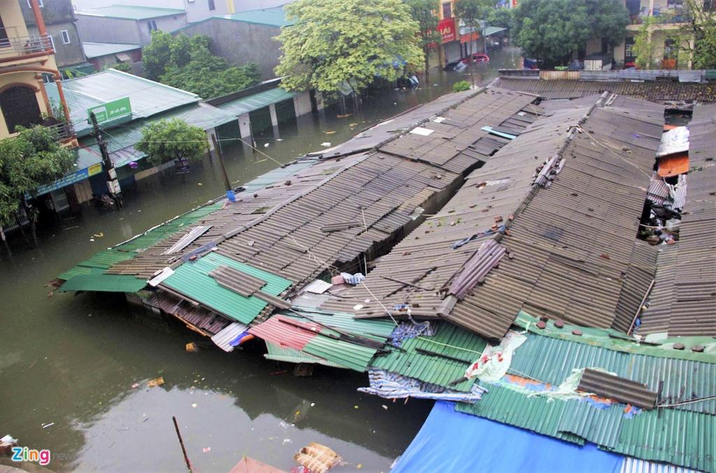 Tiểu thương Nghệ An khó khăn vì hàng hóa hư hỏng sau đợt mưa ngập tới nóc