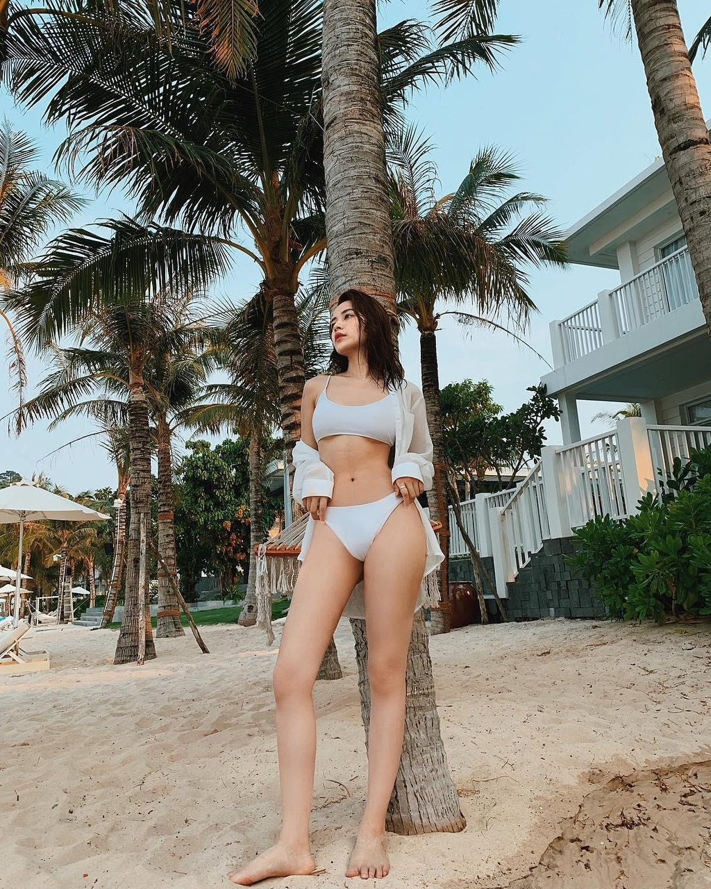 Hoc Jun Vu, Chi Pu cach tao dang voi bikini khi di du lich bien hinh anh 8