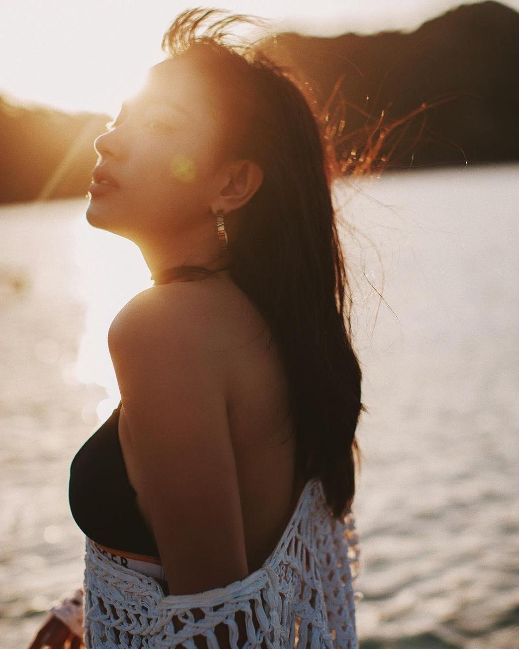 Hoc Jun Vu, Chi Pu cach tao dang voi bikini khi di du lich bien hinh anh 10