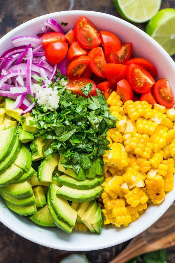 Salad bo tron ca chua, trung ga cho hoi chi em an sach, song khoe hinh anh 1
