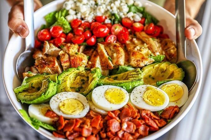 Salad bo tron ca chua, trung ga cho hoi chi em an sach, song khoe hinh anh 3