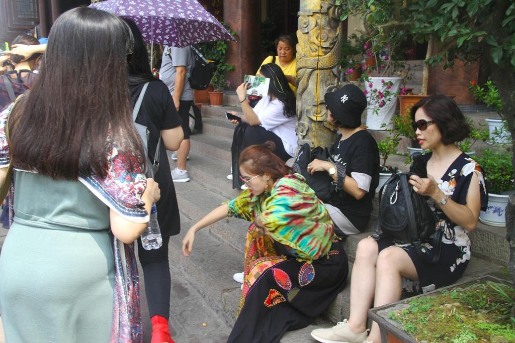 Xep hang dai cho luot check-in o Phuong Hoang co tran hinh anh 4