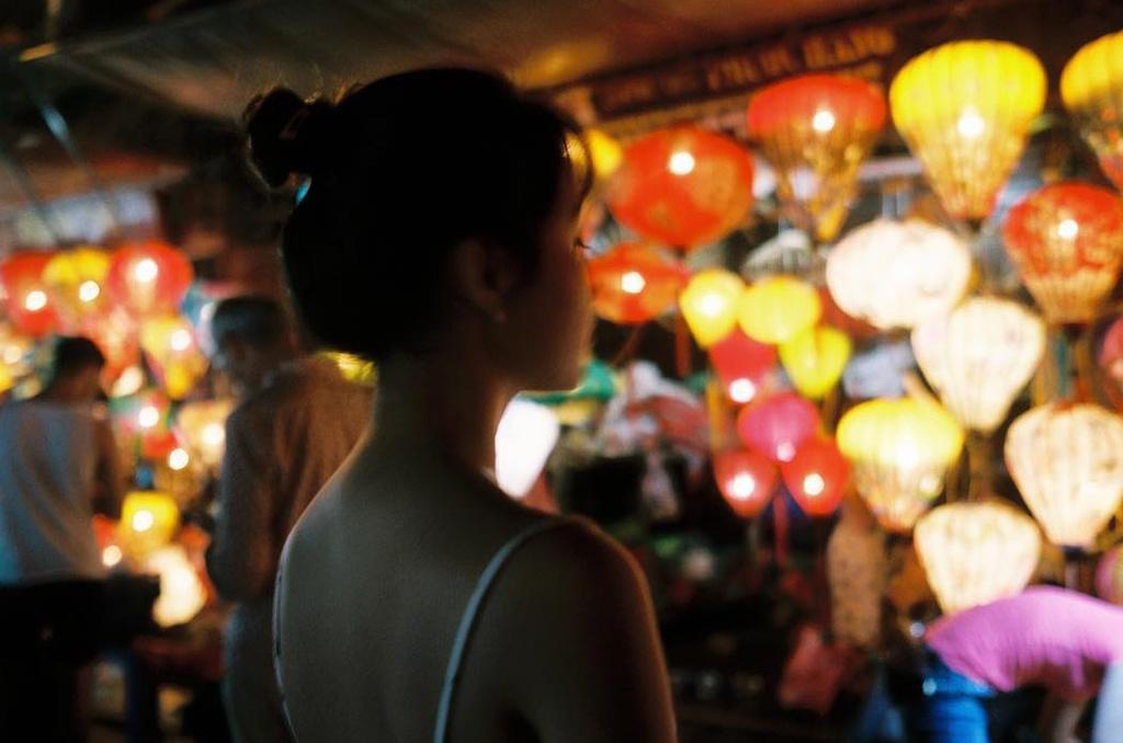 Hội An (Quảng Nam) là địa điểm Trúc Anh thường xuyên ghé tới. Ngoài kiểu tạo dáng bên xe đạp trước cửa nhà thờ tộc Trần cổ kính, 9X còn khoe ảnh ảo diệu với đèn lồng phố Hội màu sắc.