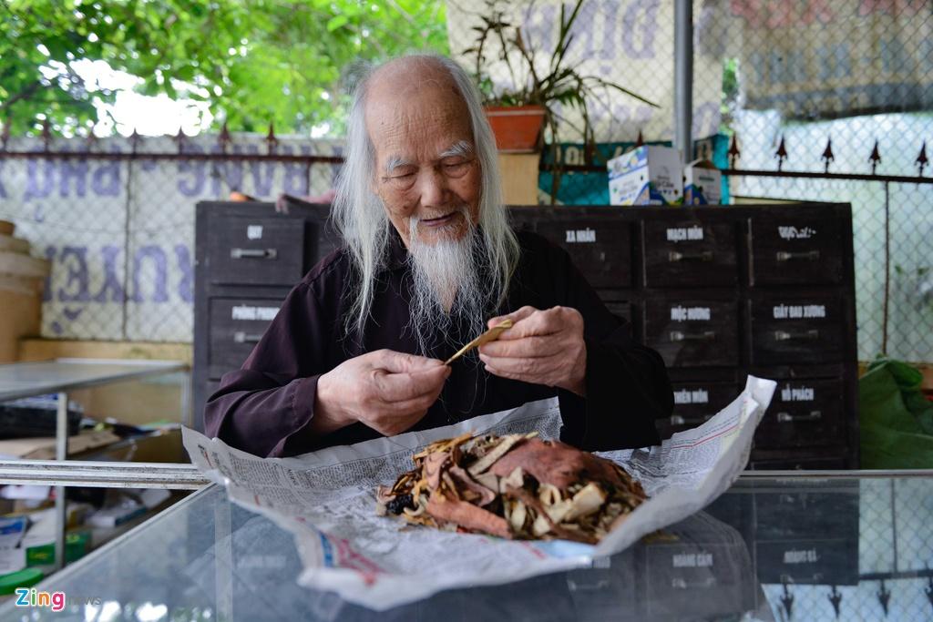 'Ong Tien' 97 tuoi co mot khong hai o Ha Noi hinh anh 3
