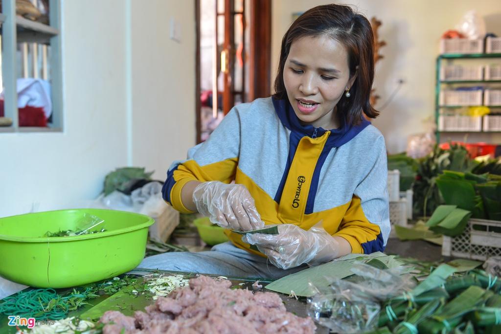 Chị Nguyễn Thị Hằng (vợ anh Tuân) chia sẻ gia đình đã bắt đầu chuẩn bị làm hàng từ một tháng tháng trước Tết. Mỗi ngày cơ sở nhà chị phải huy động tới 10 công nhân gói nem để kịp giao hàng.