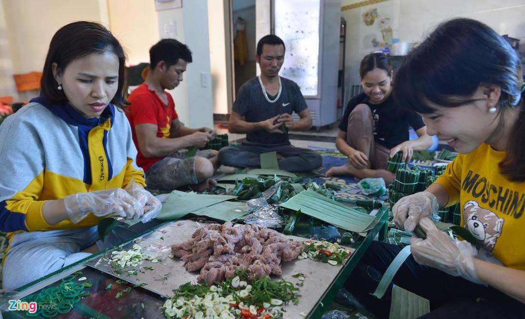 Cơ sở sản xuất nem chua của gia đình anh Hoàng Văn Tuân (Quảng Xương, Thanh Hóa) những ngày gần đây luôn tất bật với việc sản xuất nem phục vụ Tết Nguyên đán. Anh cho biết ngày bình thường gia đình làm khoảng 500-700 cái nem, còn dịp tết này số lượng tăng lên 1.000-1.200 cái/ngày.
