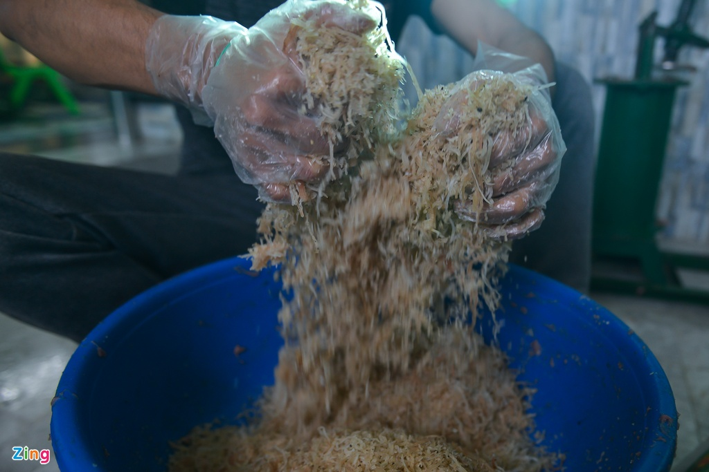 Cùng với nguyên liệu thịt nạc, bì lợn cũng là thứ không thể thiếu khi làm nem chua. Đối với bì lợn, phải chọn bì phần thân lợn mới đảm bảo độ giòn, đặc biệt bì phần bụng không thể làm được vì nhiều mỡ.