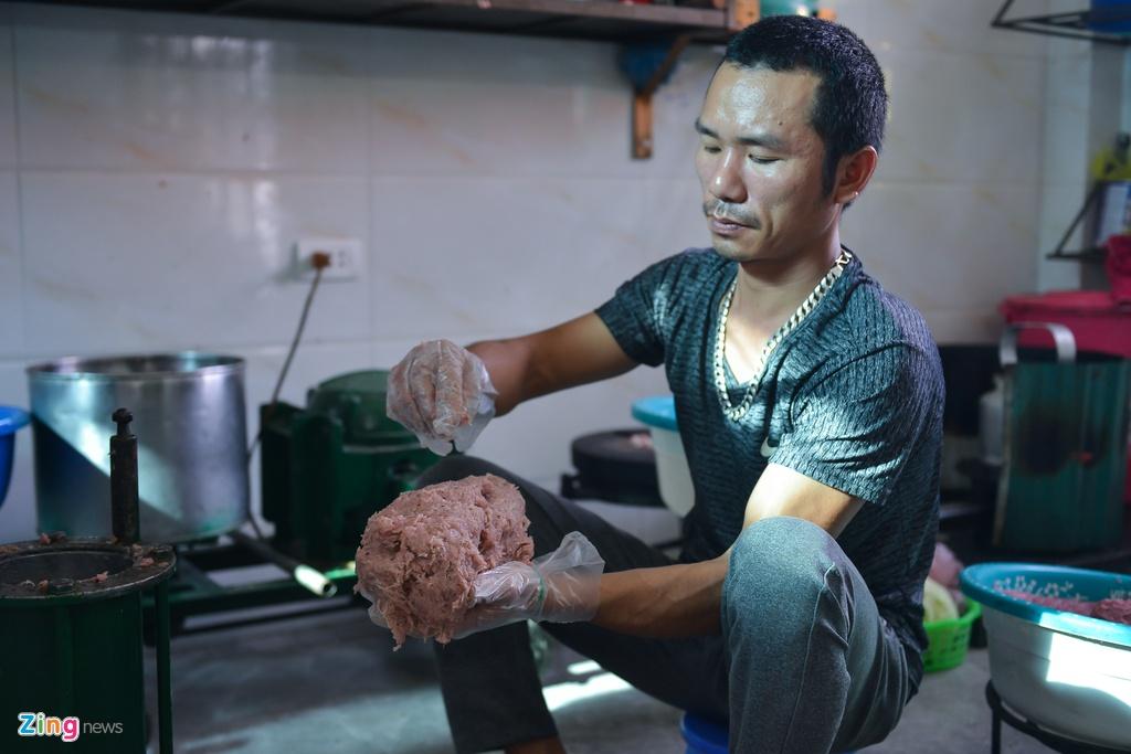 Bì lợn được làm sạch luộc qua cắt thành sợi nhỏ tẩm ướp gia vị vừa phải, sau đó trộn với thịt nạc đã xay nhuyễn. Ngoài ra còn cho thêm các gia vị như hạt tiêu để dậy mùi và những loại thính gia truyền của mỗi cơ sở làm nem. Thịt và bì được trộn đều trước khi người thợ làm nem nắm thành quả. Khoảng 10 kg thịt sẽ làm được 90 quả nem.