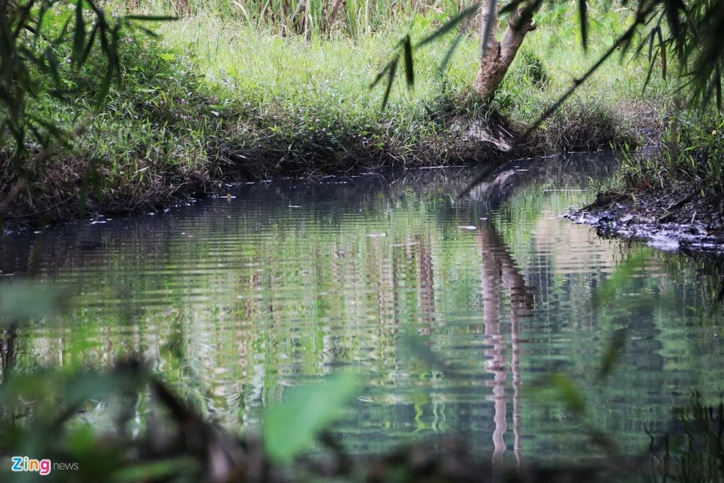 Dòng suối gần nhà máy nước sông Đà vẫn đen kịt sau 1 tuần bị đổ trộm
