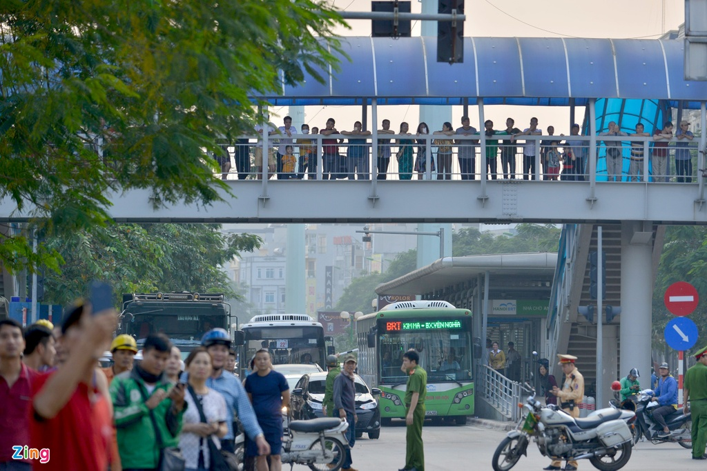 Nam thanh nien co thu tren cot dien cao the hinh anh 9