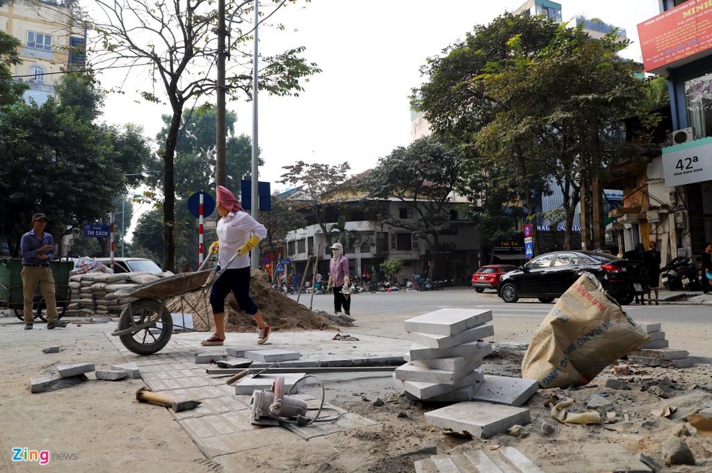 Hà Nội mịt mù trong ô nhiễm: Vỉa hè thành đại công trường