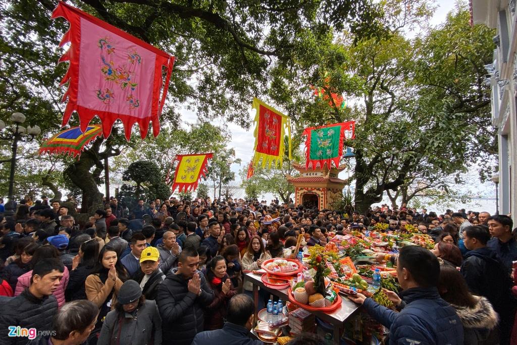Hàng nghìn người đi lễ phủ Tây Hồ ngày mùng 2 Tết