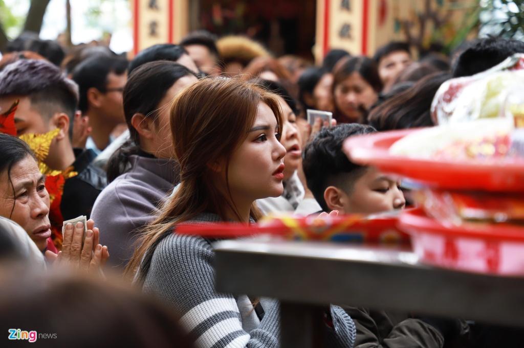Hang nghin nguoi di le phu Tay Ho ngay mung 2 Tet hinh anh 4 5_zing.jpg