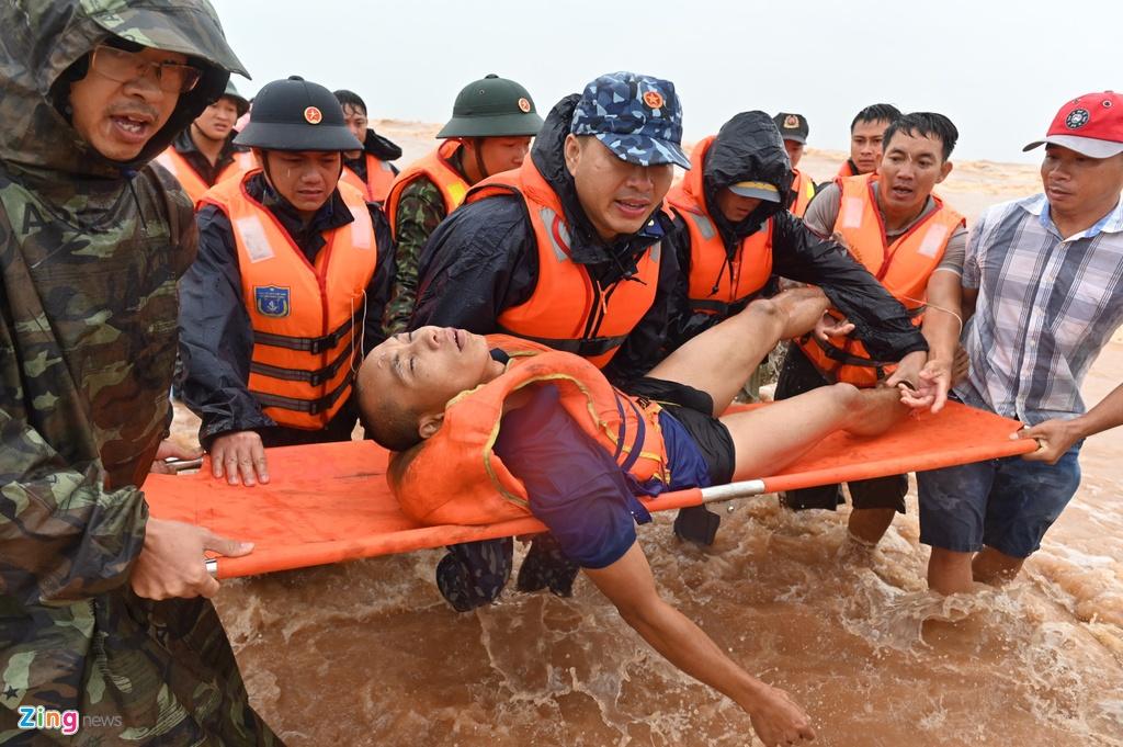 Hơn 8h, một người rời tàu, đu theo dây vào bờ. 15 phút sau, người này bơi được vào gần bờ và được đặc công, hải quân tiếp cận. Tuy nhiên, thuyền viên đã đuối sức và nhanh chóng được xe cấp cứu đưa đến bệnh viện cấp cứu.