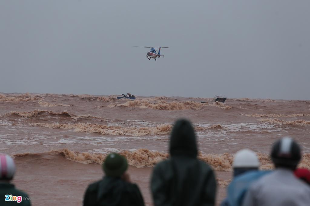 Sáng 11/10, công tác cứu hộ 7 người mắc kẹt trên tàu hàng Vietship 01 tại cảng biển Cửa Việt (Quảng Trị) diễn ra khẩn trương. Việc tiếp cận tàu mắc cạn gặp khó khăn vì sóng to, gió lớn.