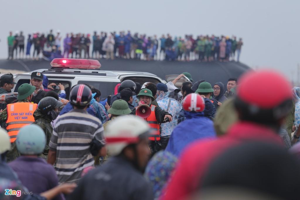 Theo ghi nhận của phóng viên Zing lúc hơn 9h, tất cả các thuyền viên được đưa vào bờ. Trong đó, 6 người được đưa vào bằng trực thăng, một người được lực lược đặc công nước cứu. Hàng trăm người dân huyện Gio Linh, Triệu Phong (tỉnh Quảng Trị) có mặt tại khu vực bãi biển Triệu An, huyện Triệu Phong để xem lực lượng chức năng cứu hộ.