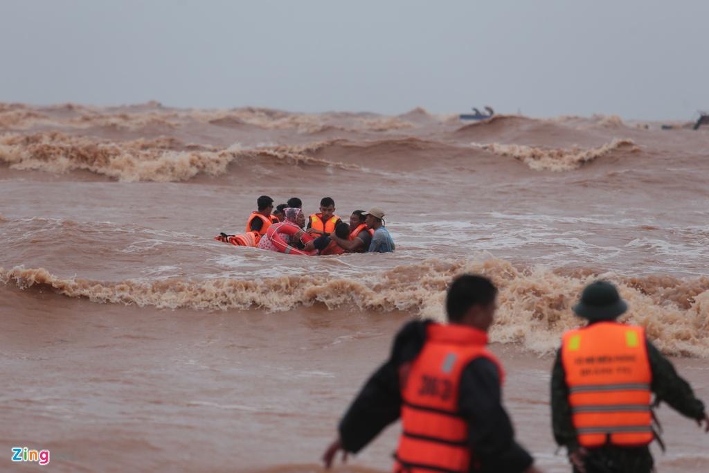 Lực lượng đặc công hải quân vẫn tiếp tục bơi bám theo dây neo tiếp cận tàu bị nạn, một kíp gồm 3 người, mang theo 3 áo phao để bơi dìu người gặp nạn vào bờ.