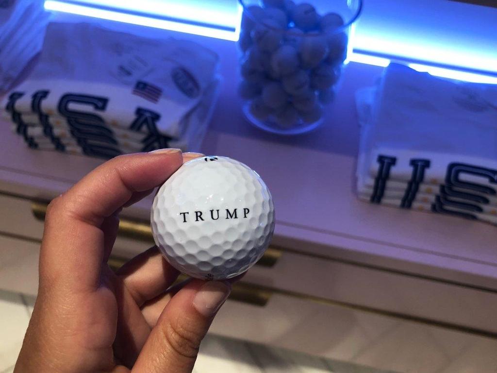 Ben trong Trump Tower, noi ban hang mang thuong hieu tong thong My hinh anh 16