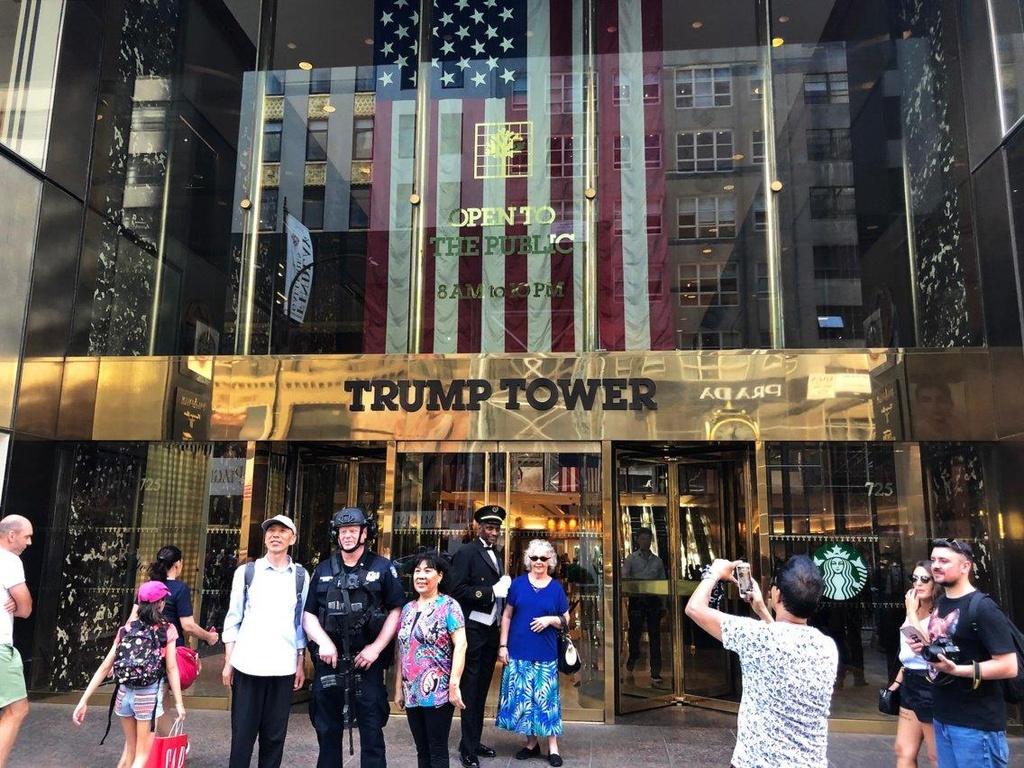 Ben trong Trump Tower, noi ban hang mang thuong hieu tong thong My hinh anh 9