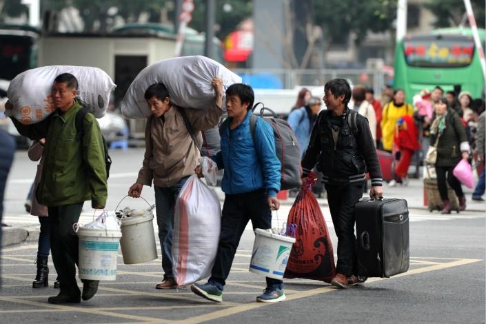 Lao dong Trung Quoc: 'Luong khong co, tien thue nha van phai dong deu' hinh anh 3 1527247686033777.jpg
