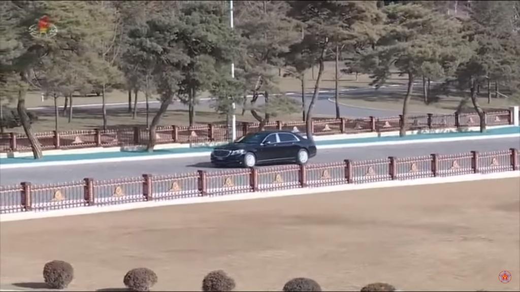 Ong Kim Jong Un vua tau Mercedes-Maybach S600 limo chong dan moi nhat hinh anh 1