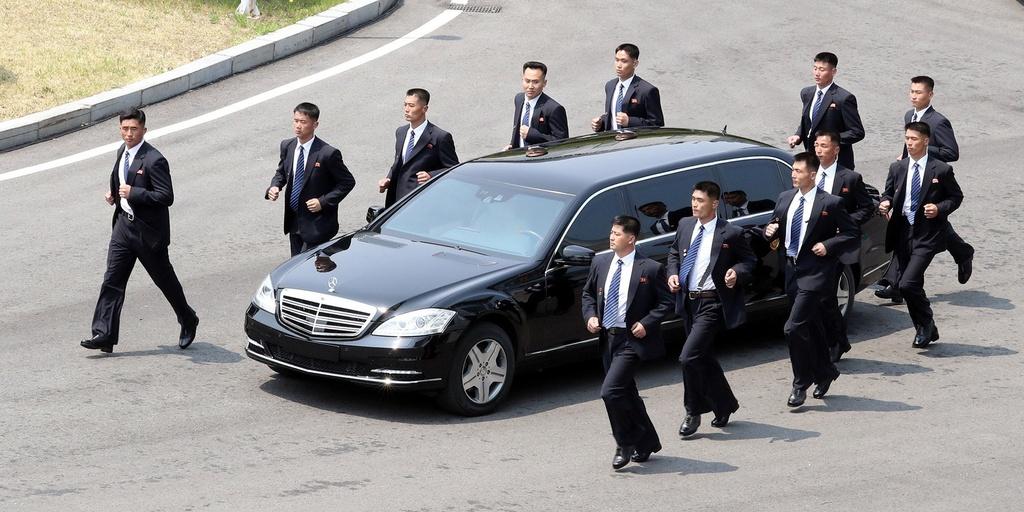 Ong Kim Jong Un vua tau Mercedes-Maybach S600 limo chong dan moi nhat hinh anh 5