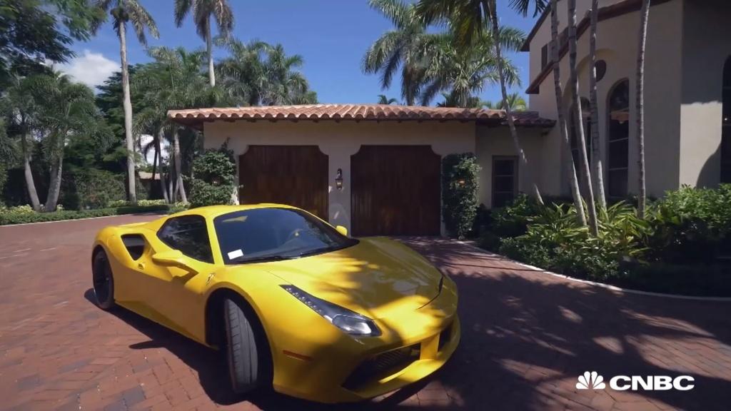 Mua nha duoc tang xe Ferrari anh 2
