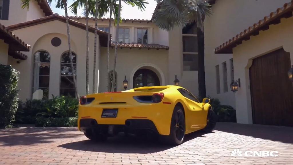 Mua nha duoc tang xe Ferrari anh 3