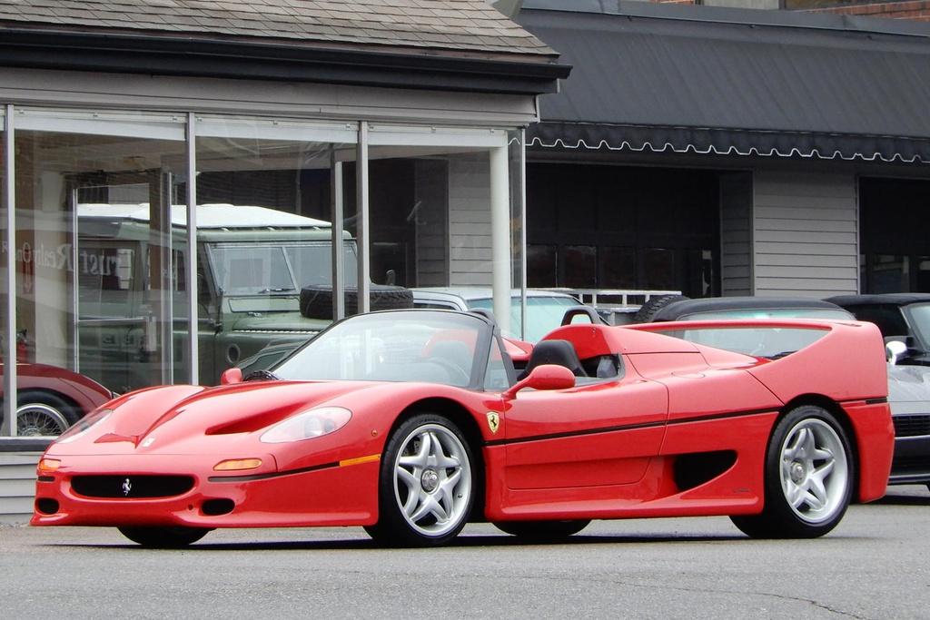 """Ferrari F50 là siêu xe kế nhiệm F40, mẫu xe cuối cùng được chính """"cha đẻ"""" Enzo Ferrari phê duyệt trước khi qua đời. Chỉ có 349 chiếc F50 được sản xuất trong giai đoạn từ năm 1995 - 1997. Do vậy, những chiếc F50 đang rất được giới chơi xe ngày nay săn đón. Trên ảnh là một chiếc F50 có lai lịch khá đặc biệt và đang được rao bán tại Mỹ với mức giá lên tới gần 3 triệu USD."""