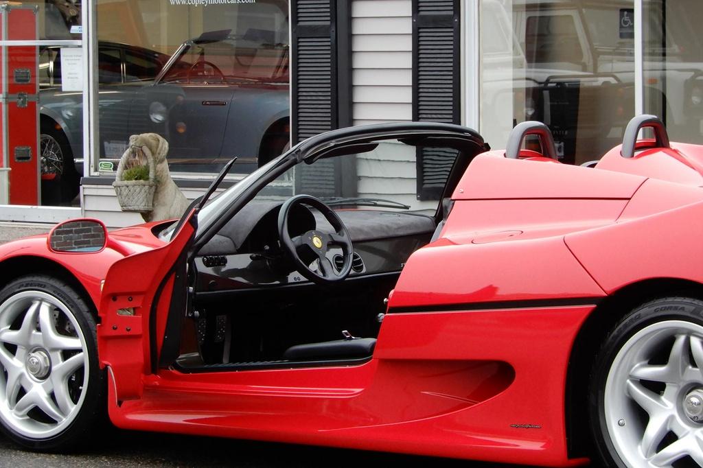Chiếc F50 này được miêu tả là trong tình trạng gần như mới khi mới chỉ chạy hơn 5.400 km. Đơn vị cung cấp cho biết chiếc xe vừa được bảo dưỡng gần đây. Xe được bán kèm giấy chứng nhận danh hiệu Ferrari Classiche.