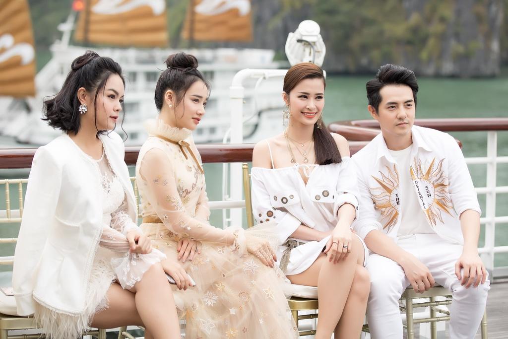 Nha Phuong cung dan sao nu xuat hien xinh xan tai show thoi trang hinh anh 1