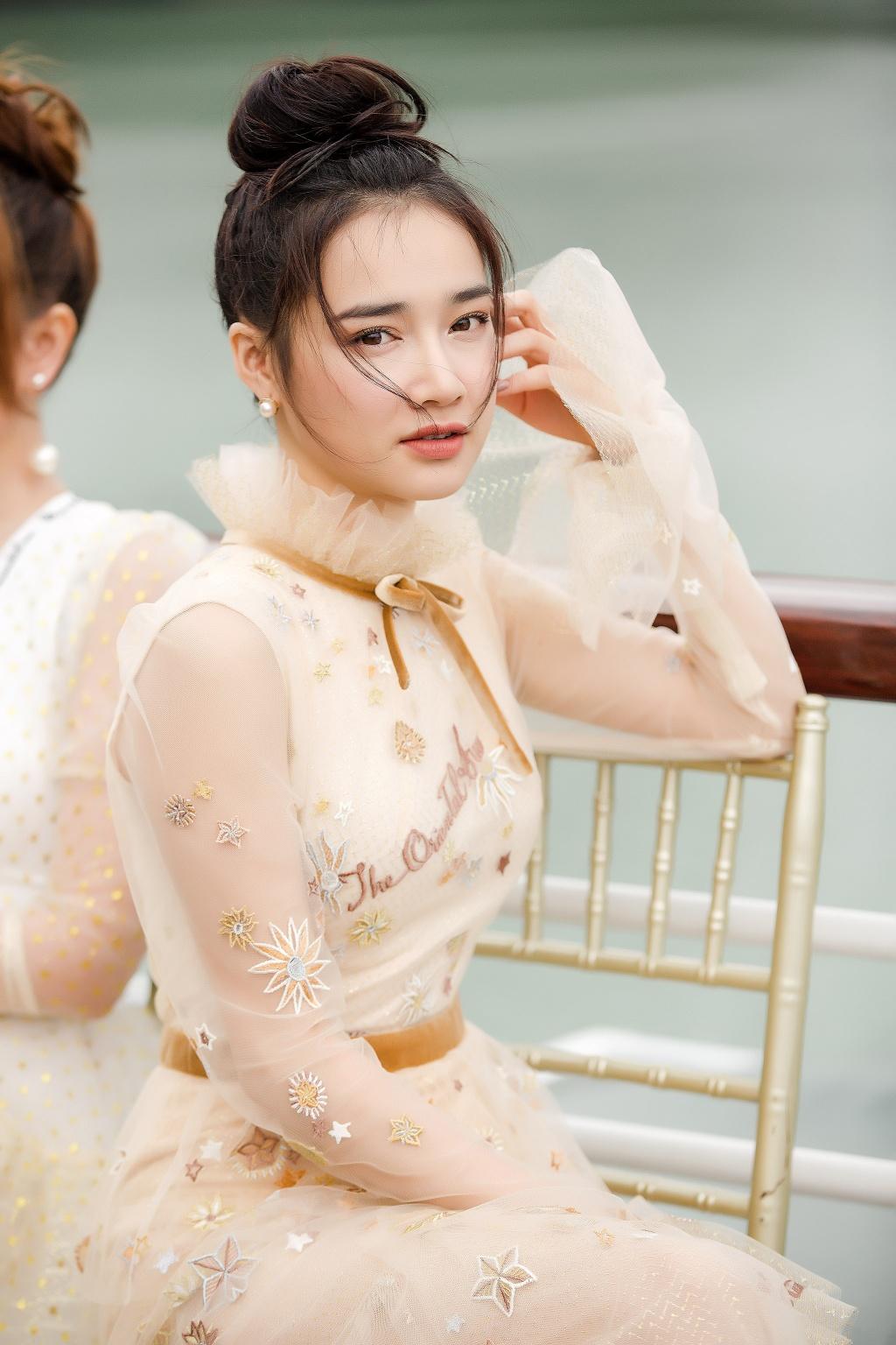 Nha Phuong cung dan sao nu xuat hien xinh xan tai show thoi trang hinh anh 2