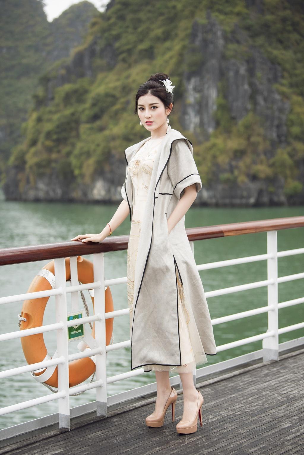 Nha Phuong cung dan sao nu xuat hien xinh xan tai show thoi trang hinh anh 6