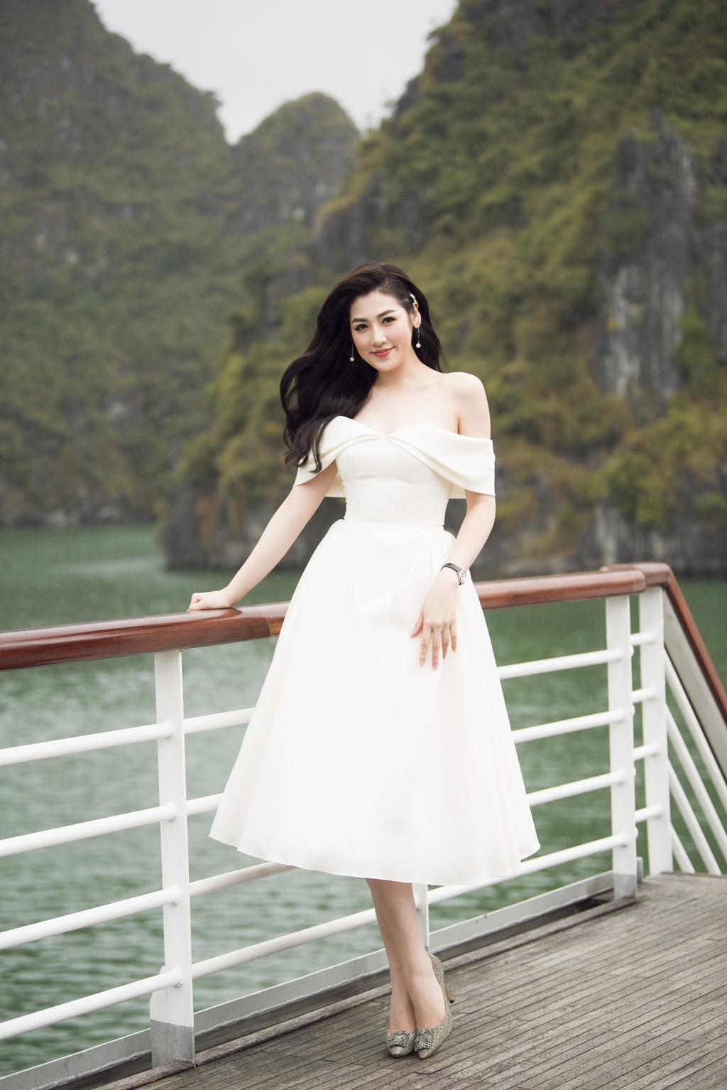 Nha Phuong cung dan sao nu xuat hien xinh xan tai show thoi trang hinh anh 7