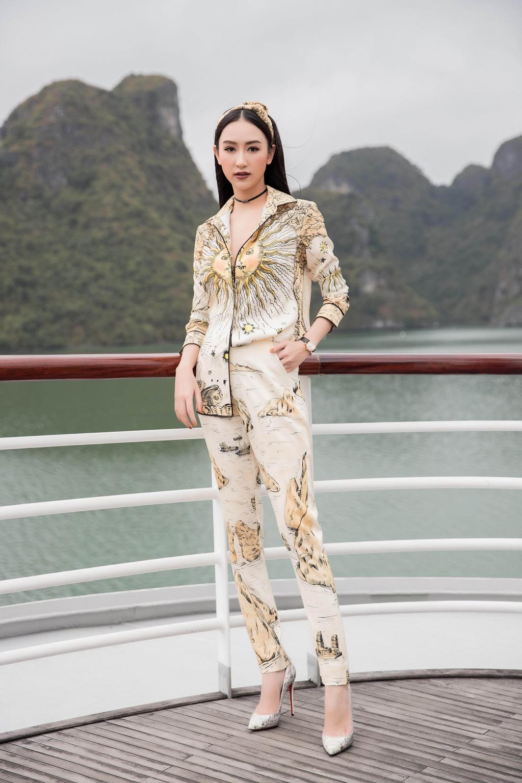 Nha Phuong cung dan sao nu xuat hien xinh xan tai show thoi trang hinh anh 8