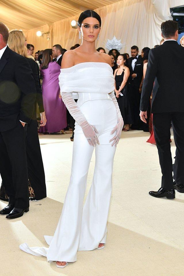 Bella Hadid,  Lily Collins dien dam den ca tinh anh 6
